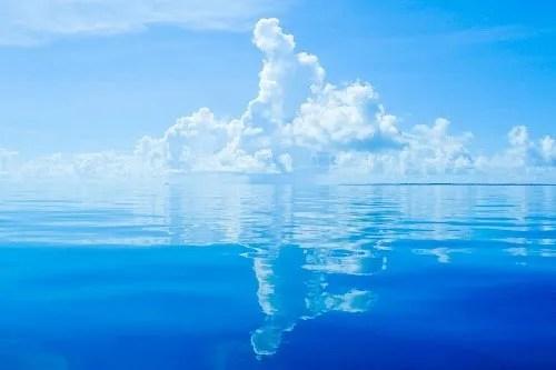 奇跡的なベタ凪!入道雲が鏡面反射している八重山ブルー