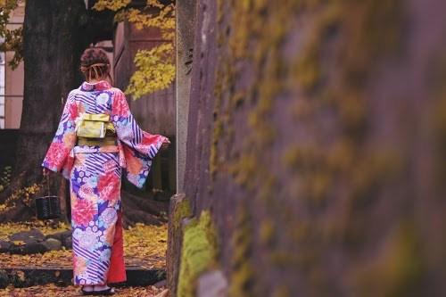 「イチョウ」「和」「和服」「女性・女の子」「着物」「秋」「紅葉」「金沢」などがテーマのフリー写真画像