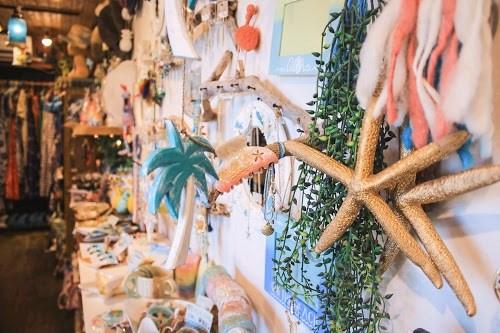 『美ぎ島雑貨がじゅまる』のビーチテイスト満載な店内