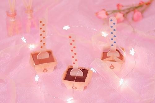 「お菓子」「チョコレート」「チョコレートドリンク」「ピンク加工」「電飾」「食べ物」「飲み物」などがテーマのフリー写真画像