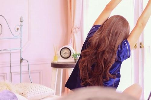 「パジャマ」「ベッド」「女性・女の子」「時計」「朝」「部屋」などがテーマのフリー写真画像