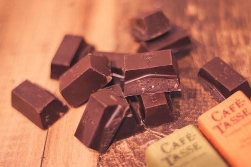 食べやすいサイズに砕いたチョコレート