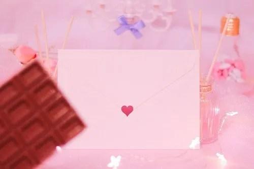 「お菓子」「チョコレート」「ハート」「ピンク加工」「ラブレター」「電球」「電飾」「食べ物」などがテーマのフリー写真画像