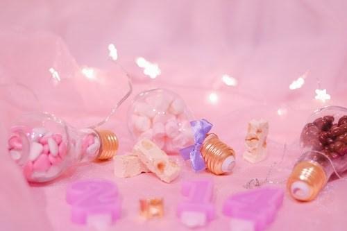 2.14のキャンドルと電球ボトルに入ったバレンタインチョコ&マシュマロ