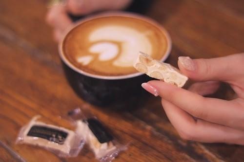 「お菓子」「カフェ」「トロンチーニ」「マグカップ」「ラテアート」「食べ物」「飲み物」などがテーマのフリー写真画像