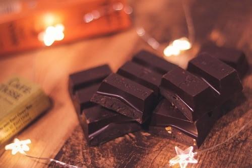 電飾に囲まれて良い雰囲気を醸し出すチョコレート