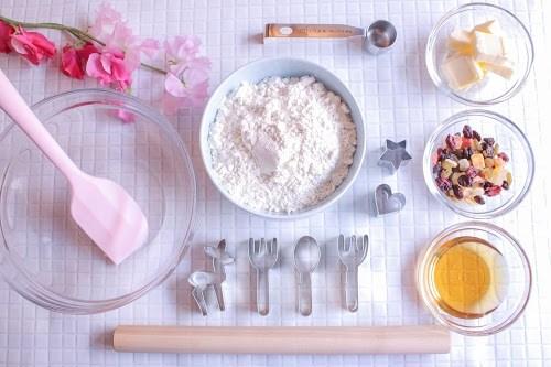 クッキーを作る前の料理器具と材料