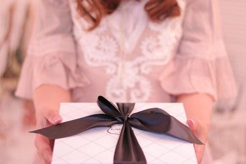 ホワイトデーにお返しプレゼントをもらっている女の子