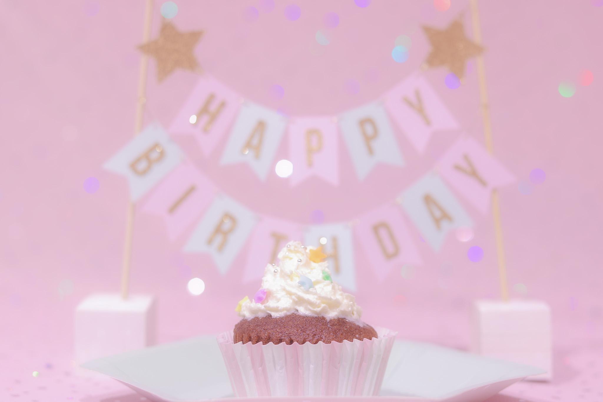 オシャレで可愛い誕生日画像(カップケーキ)