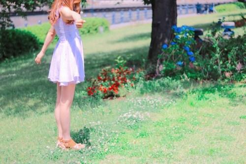 公園で摘んだお花をこちらに見せている女の子