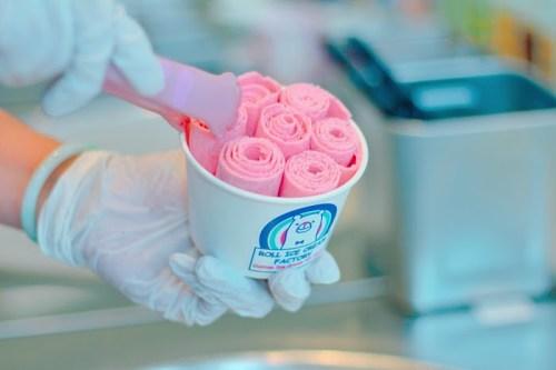日本初!ロールアイスクリーム専門店「ROLL ICE CREAM FACTORY」のくるくるアイス