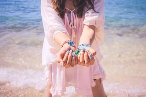 宮古島の美しいビーチの波打ち際でひたすらはしゃぐ女の子