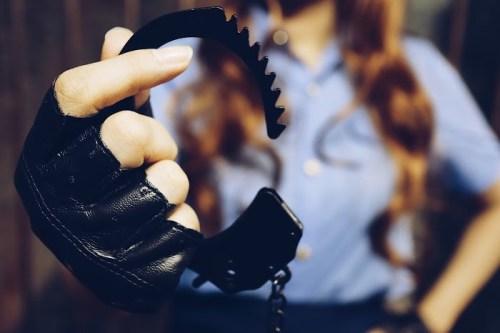 フリー写真素材:女性警官が構えた手錠