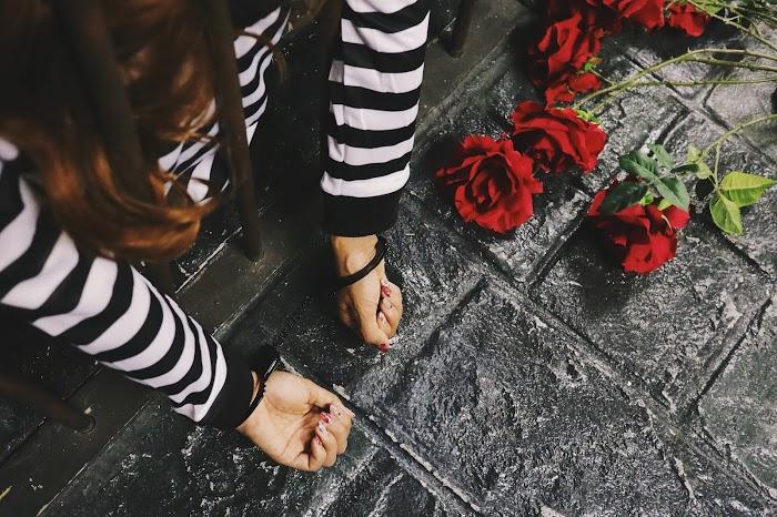「囚人」「女性・女の子」「手錠」「牢屋」「薔薇」「鉄格子」などがテーマのフリー写真画像