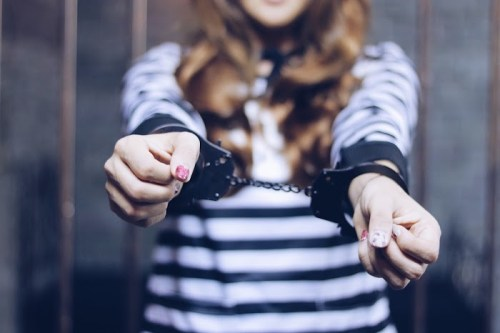 「女性・女の子」「手錠」「牢屋」「鉄格子」などがテーマのフリー写真画像