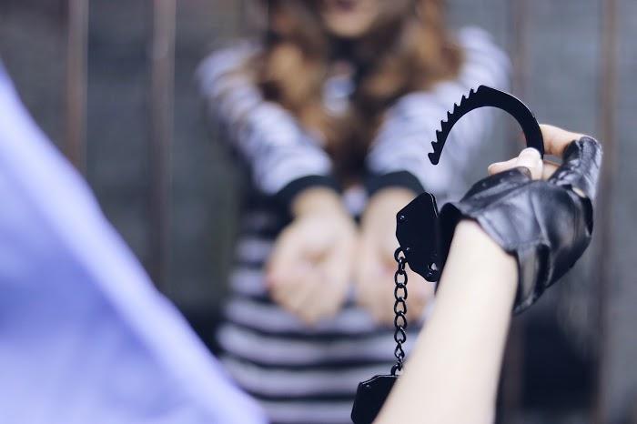 「囚人」「女性・女の子」「手錠」「牢屋」「警察」「鉄格子」などがテーマのフリー写真画像