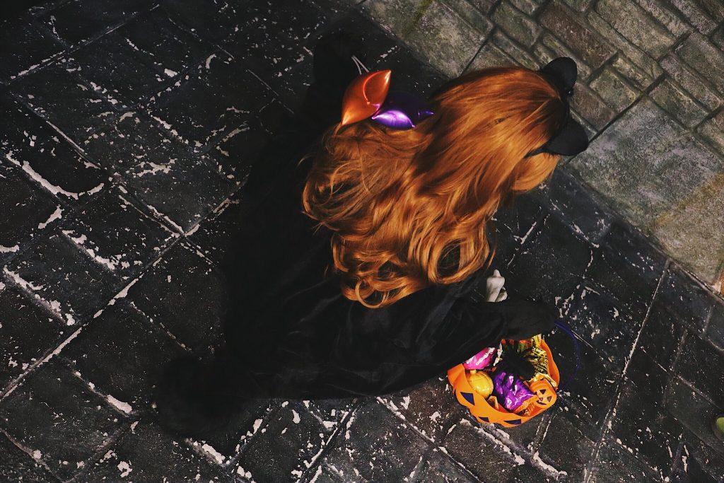 「お菓子」「カボチャ」「女性・女の子」「縦長画像」「黒猫」などがテーマのフリー写真画像