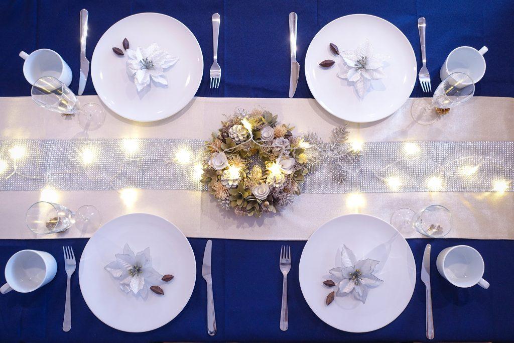 「クリスマスパーティ」「テーブルセッティング」「リース」「俯瞰撮り」「真上から」「食器」などがテーマのフリー写真画像