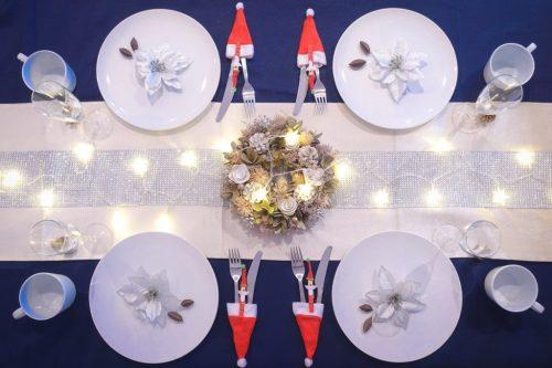 「クリスマスパーティ」「テーブルセッティング」「リース」「俯瞰撮り」「真上から」「電飾」「食器」などがテーマのフリー写真画像