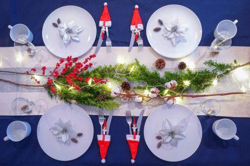 「クリスマスパーティ」「テーブルセッティング」「リース」「俯瞰撮り」「植物」「真上から」「電飾」「食器」などがテーマのフリー写真画像