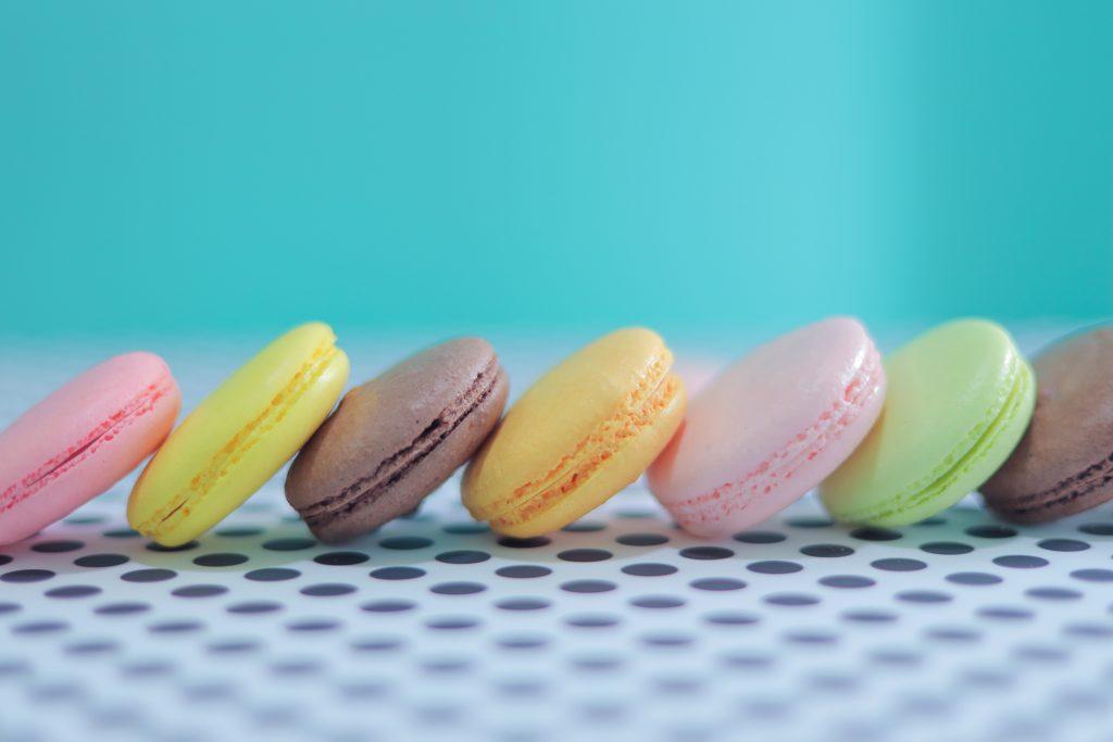 「お菓子」「クッキー」「ダリア」「チョコ」「フレーム」「ホワイトデー」「マカロン」「俯瞰撮り」「真上から」「花」「食べ物」などがテーマのフリー写真画像