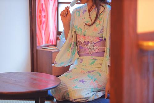 フリー写真素材:古民家の窓際でアイスキャンディをかじる浴衣の女の子