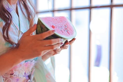 フリー写真素材:スイカを食べようとしている浴衣の女の子