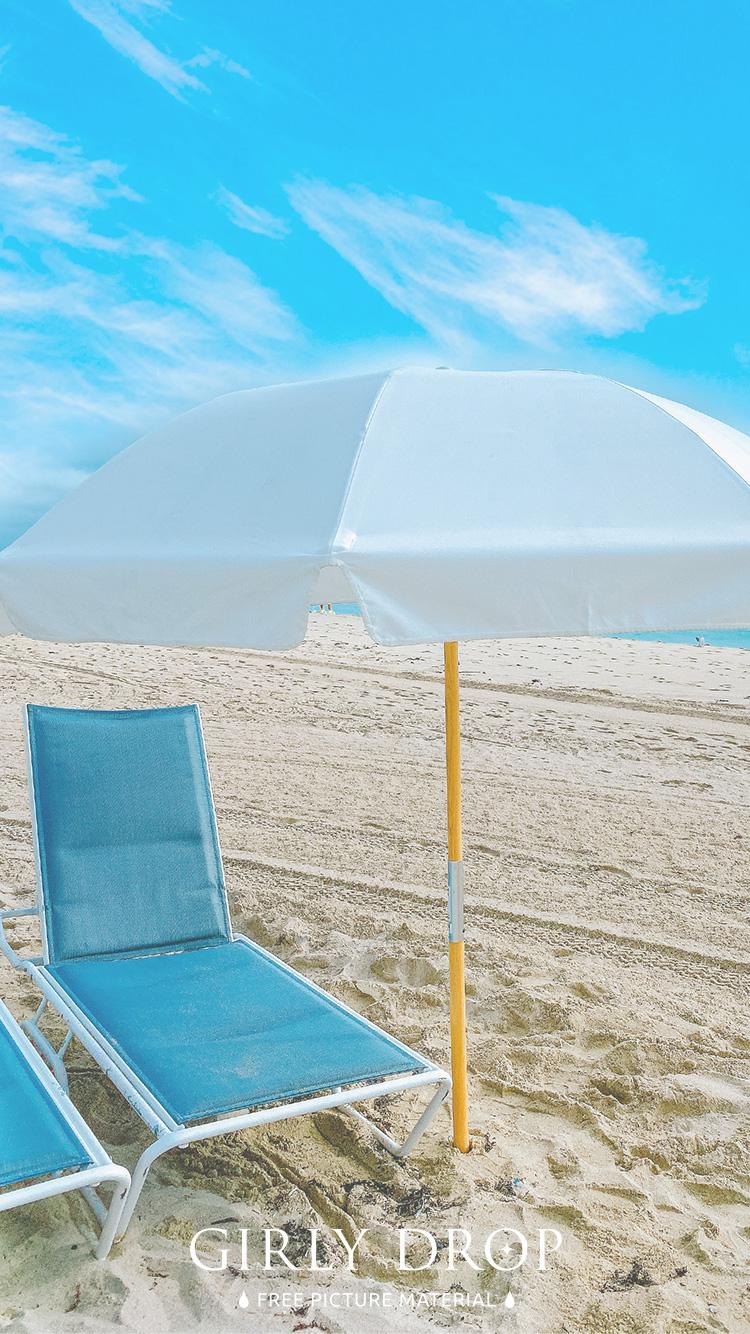 おしゃれなiphone壁紙 大人おしゃれな真っ白なビーチパラソルと青いチェアのiphone スマホ 壁紙 おしゃれなフリー写真素材 Girly Drop