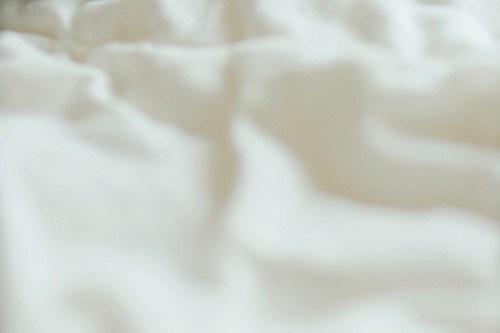 フリー写真素材:曇りの日の朝のベッド、しわくちゃなシーツ