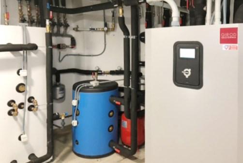 Cuarto de instalación geotérmica en casa madera