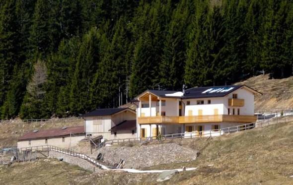 Altopiano di Piné: l'ex Malga Stramaiolo a 1600 metri trasformata in orrida palazzina