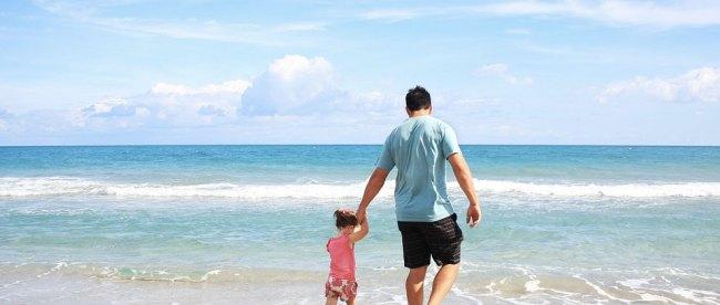 Ayah dan Anak Bermain di Pantai - (Sumber: lr21.com.uy)