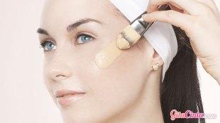 Wanita Memakai BB Cream - (Sumber: thetrendspotter.com)