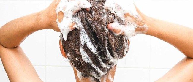 cara, keramas, untuk, menghilangkan, busik, di, kulit, kepala, membilas, rambut, sampo, bilasan, rambut, pertama, air, hangat, kondisioner, kutikula, dingin, menutup, penampilan, kenyamanan, lembut