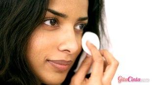 makeup, riasan, mata, wajah, sebelum, tidur, jerawat, penuaan, dini, kering, regenerasi, tua, kusam, bahan, kimia, iritasi, maskara, eyeliner, lem, bulu, mata, sel, kulit, membersihkan, pori-pori