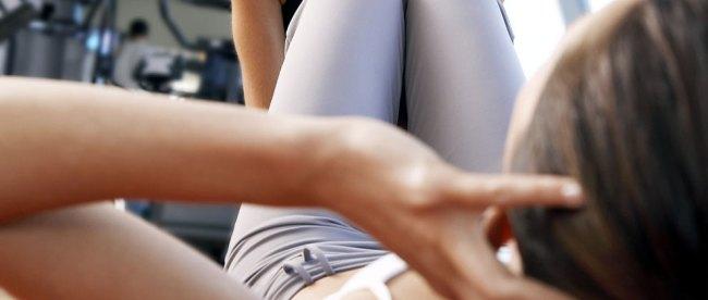 Ilustrasi: latihan sit up untuk mengecilkan perut