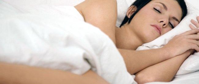 Wanita tidur telanjang