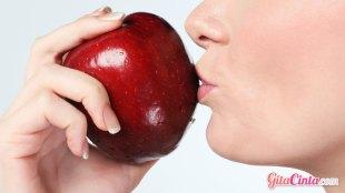 Ilustrasi: wanita & apel yang berkhasiat kecantikan