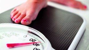 Ilustrasi: menimbang berat badan (sumber: harvard.edu)