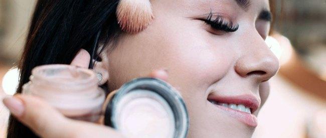Aplikasi foundation pada wajah (sumber: paintedcharisma.com)