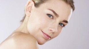 Ilustrasi: wanita dengan kulit wajah cerah (sumber: shutterstock)
