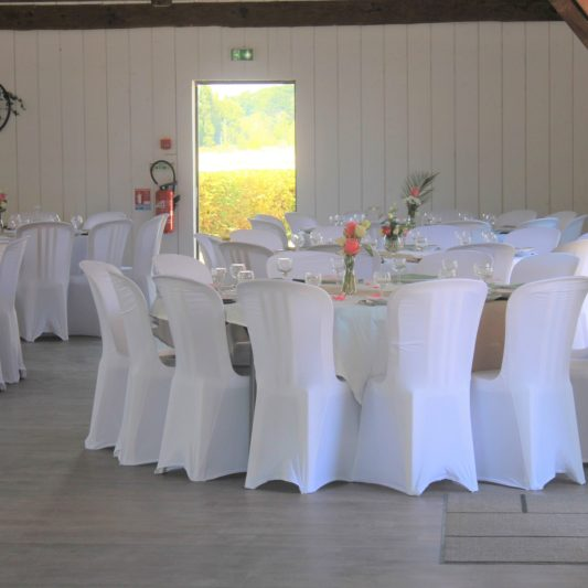 A table et vue sur l'extérieur
