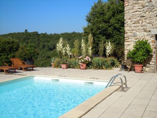 Les abords de la piscine du gîte sur le Domaine Rouretord