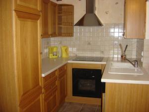 Cuisine intégrée avec congélateur et lave vaisselle