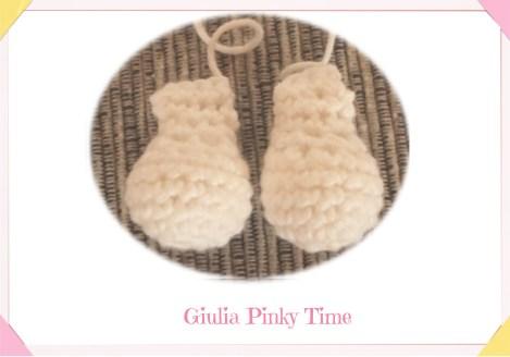 Foto zampe del coniglietto bianco amigurumi
