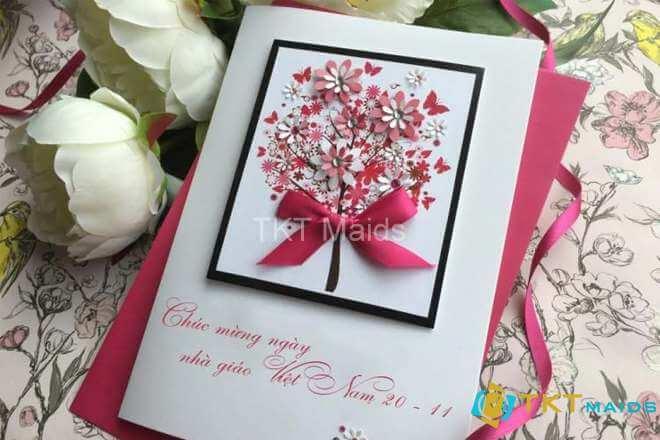Thiệp chúc mừng gắn với các lẵng hoa