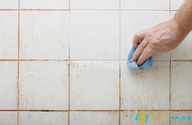 Vệ sinh vết rỉ sắt trên tường gạch men