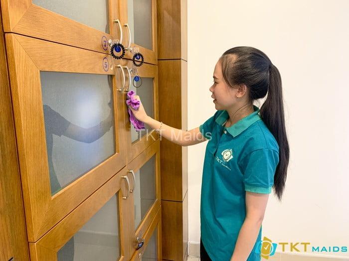 Lau chùi tủ đựng thiết bị, đồ dùng - Cung cấp nhân viên tạp vụ