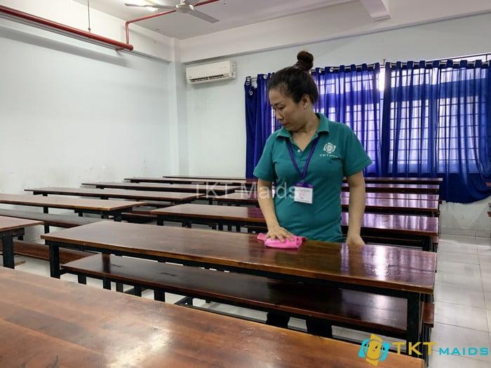 Nhân viên vệ sinh tại các trường học