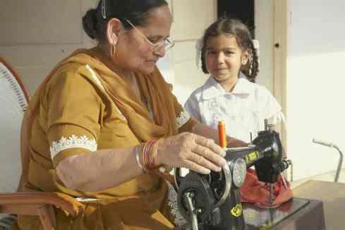 Eine Witwe verdient ca. 100 Rupien pro Tag durch Nähen.